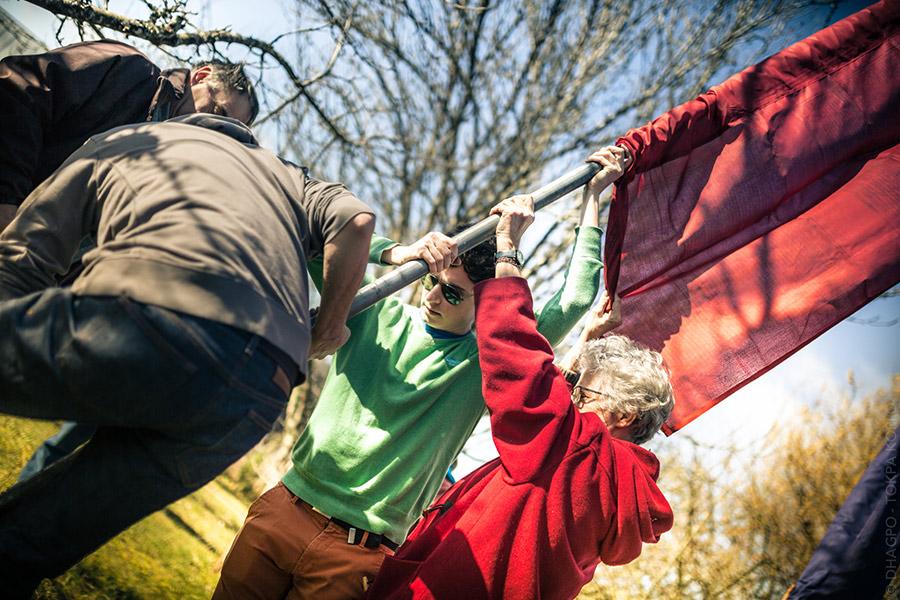 En train de mettre les drapeaux et les aspirations en l'air pour la nouvelle année