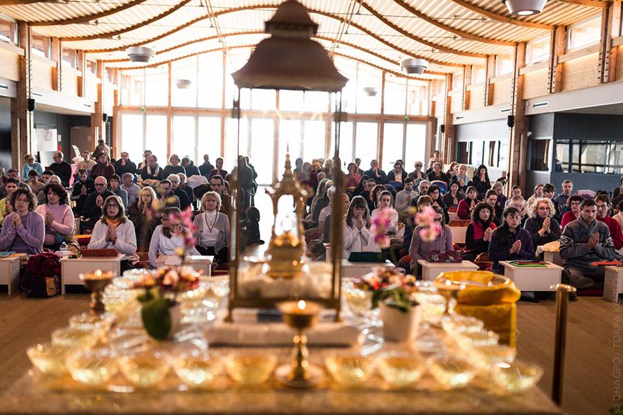 On joint nos prières avec ceux de Karmapa et les adresse aux reliques du Bouddha