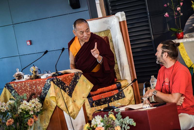 Khenpo Chödrak Rinpoché et son traducteur Christian Masse