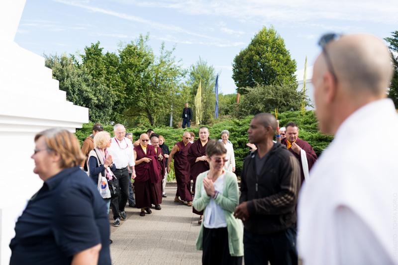 """""""Sa Sainteté le XVIIe Gyalwa Karmapa, commence la journée par quelques tours de stoupa au son des gyalings."""""""