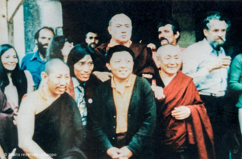 Au centre : Rangjung Rigpé Dorjé, XVIè Karmapa - En dessous de celui-ce : Lama Jigmé Rinpoché - A leur gauche : Lama Guendune Rinpoché, Bernard Benson (à droite sur l'image)