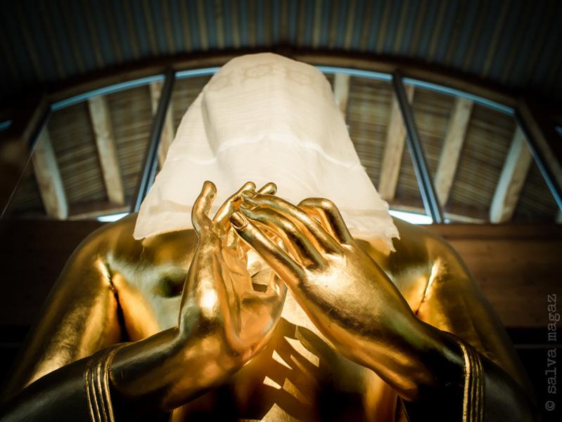 """""""(...) au terme du travail de peinture, une kata blanche a recouvert le visage du Bouddha, le dissimulant aux regards curieux."""""""
