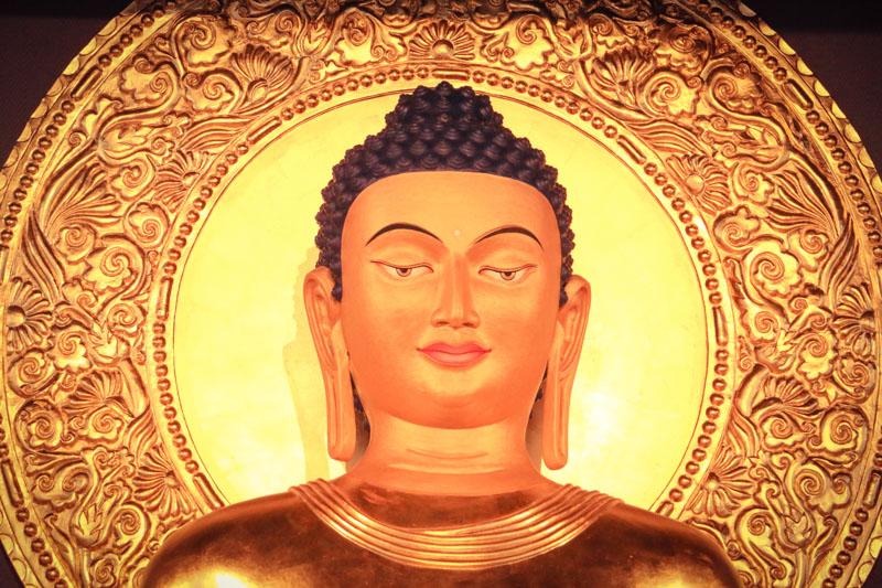 """""""(...) les « yeux ouverts », la statue est alors comme vivante, indifférenciée des trois joyaux."""""""