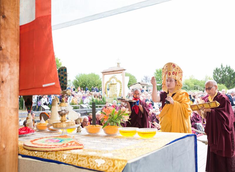 """""""Le 31 juillet 2015, Karmapa accomplit le rabné, pour la statue mais également pour l'ensemble de l'Institut (...)."""""""