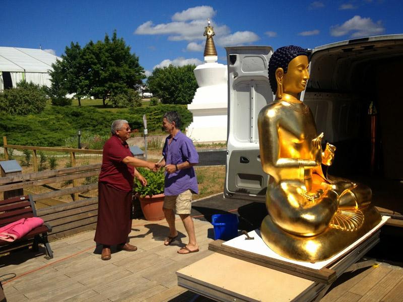 """""""(...) c'est à Gérard Guinot que lama Jigmé Rinpoché a commandé la statue centrale de l'autel."""""""