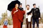 En 1975, Sa sainteté le 16e Karmapa avec M. Benson, donateur du terrain qui deviendra Dhagpo Kagyu Ling, et deux gendarmes de Montignac qui passaient par là. - © DR