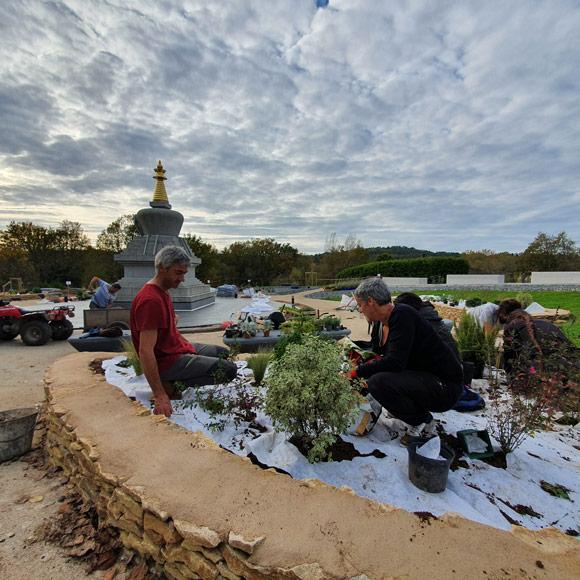 Aménagements du Jardin pour méditer par les bénévoles résidents